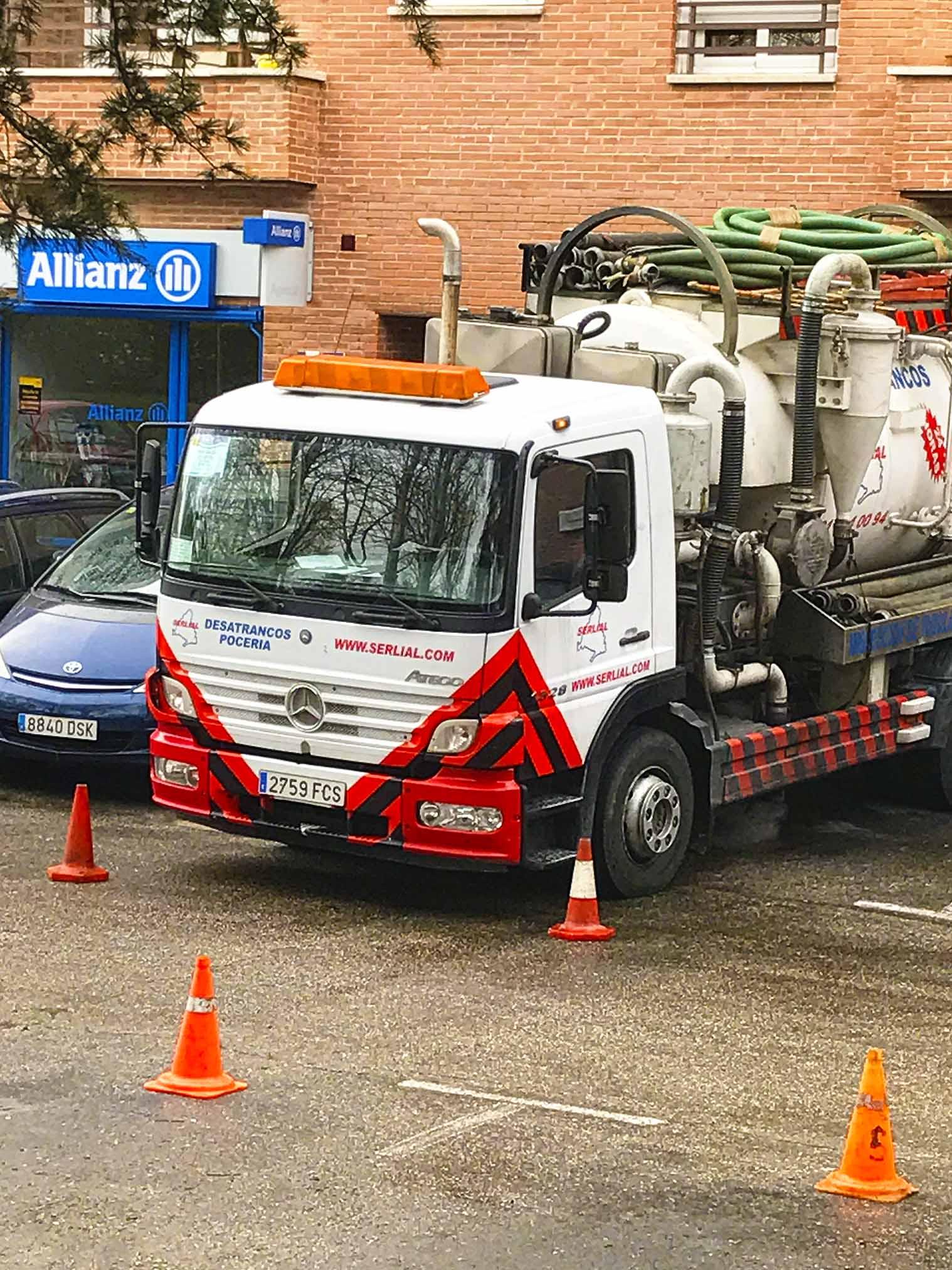 Camión cisterna con bomba de agua a presión para eliminación de malos olores