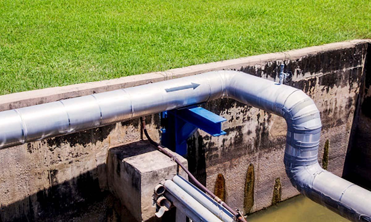 obra de poceria con tuberias industriales en poligono industrial